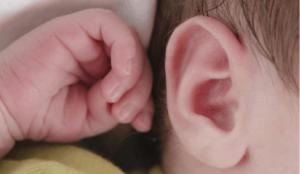 Ребенок постоянно чешет левое ушко