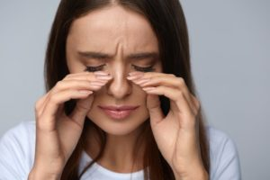 Боль около глаза