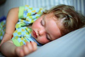 Ребенок не хочет спать один