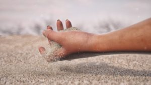 Песок на руках
