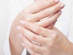 Когда нервничаю, холодеют руки-почему?